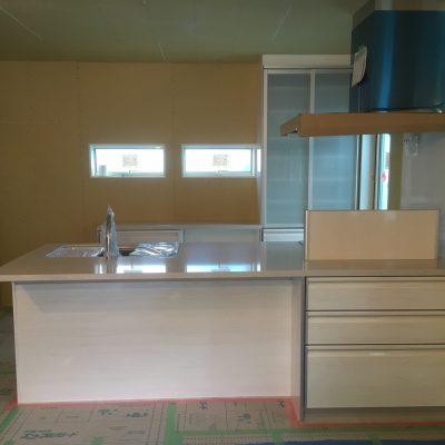 システムキッチン工事:カップボードもキッチンと同色で、非常に綺麗な仕上がり