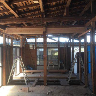 リノベーション工事H様邸の2回目。4月2日着工、内部解体と補強梁工事が始まりました。