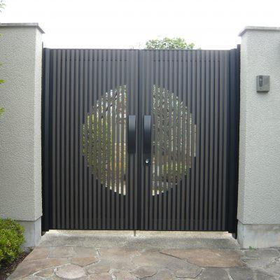 りりしく、毅然とした門扉が完成しました