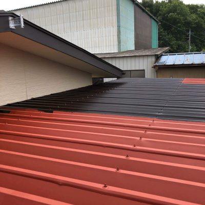 鉄骨製車庫の折板屋根も塗装しました。