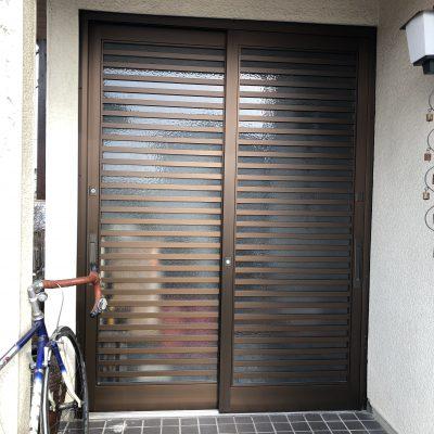 木製の玄関引き違い戸を新しいアルミ製に取り換えました