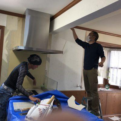 本日は台所の解体・キッチンの組立を行います