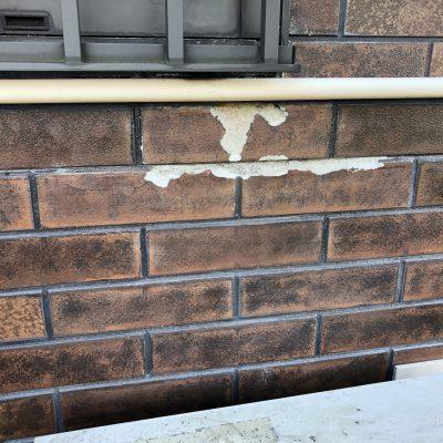 浴室のサッシ廻りの外壁がボロボロと剥がれてしまいました。