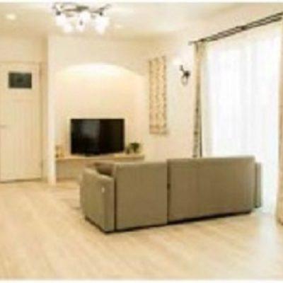 自然素材の床と壁でくつろぎの空間を