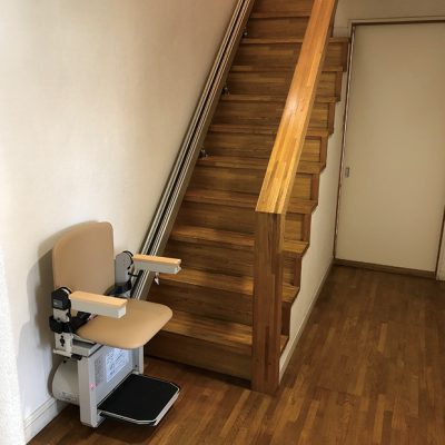 住まいる工務店「お客さまの声」:階段昇降機で登り降りががらくちん階段のリフォーム